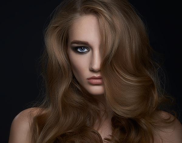 """Отправная точка: волосы будут выглядеть плоскими и """"безжизненной""""."""