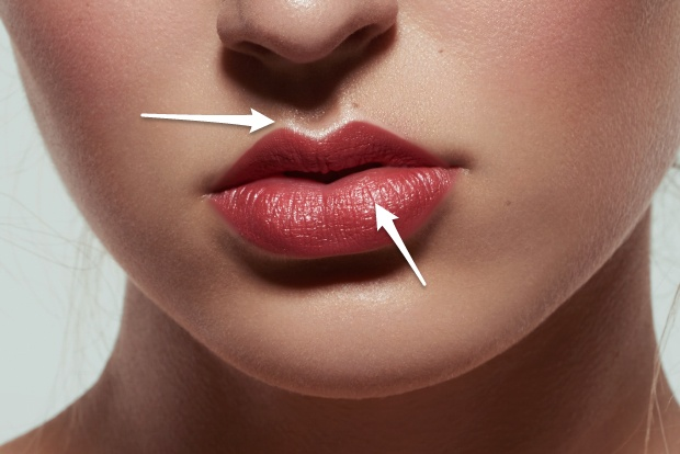 "Defined ""cupid's bow"", highlights in the middle of the lip, following the natural shape."